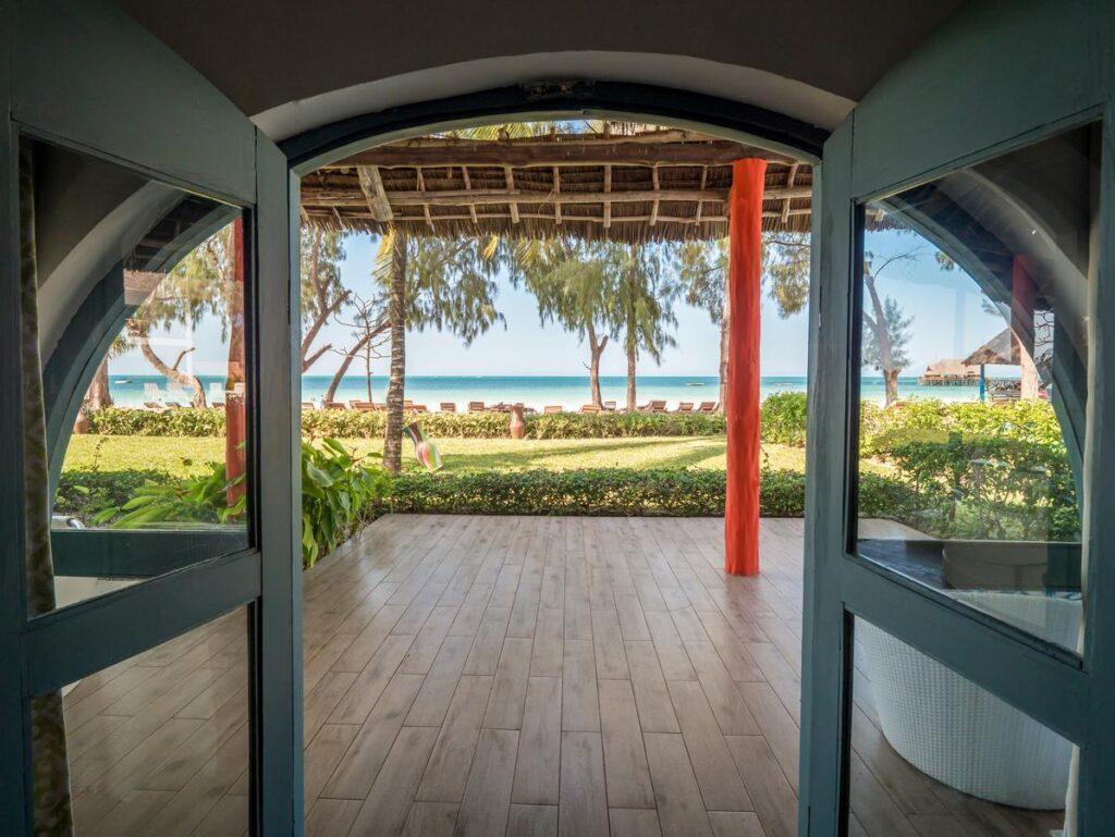 Вид на пляж из отеля