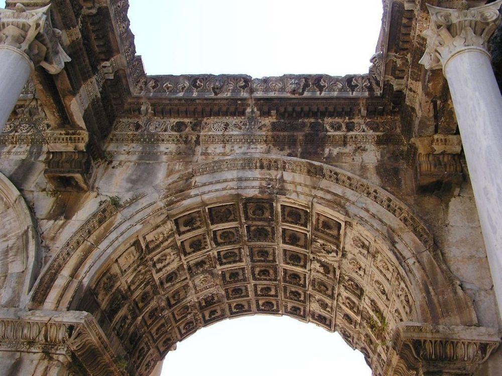 Резьба и рельеф на арках ворот Адриана