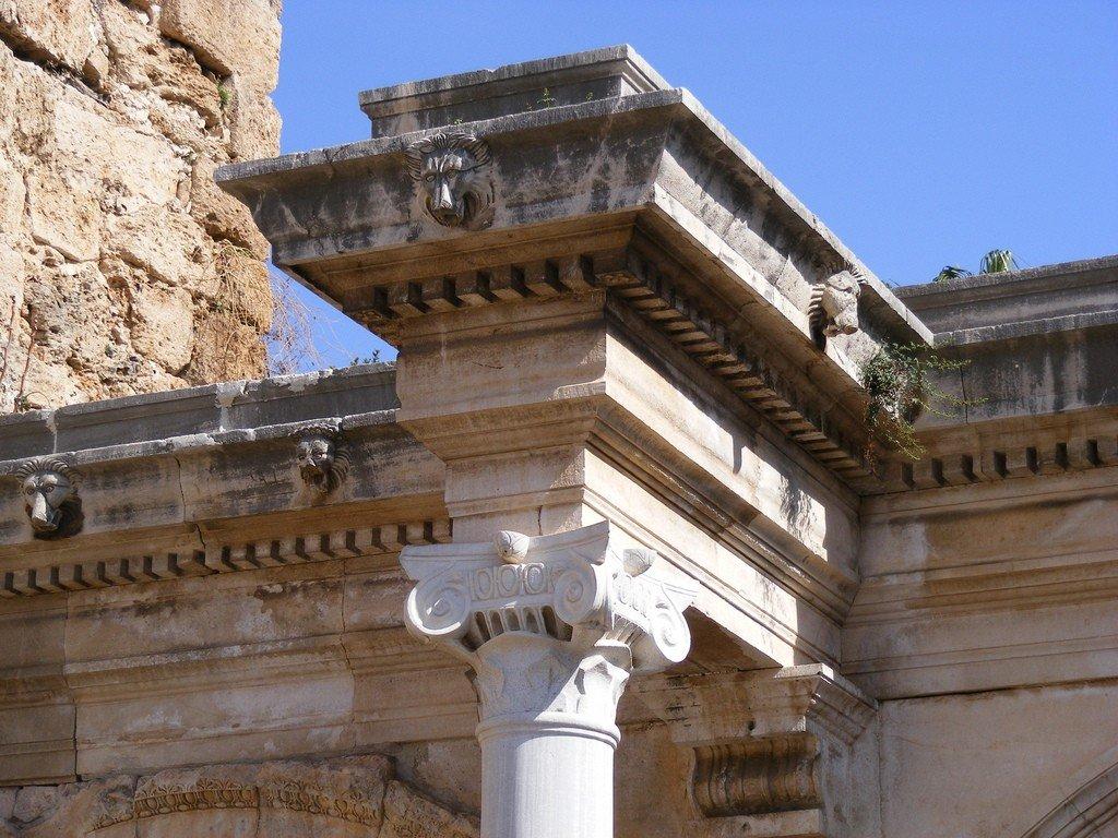 Головы львов на арке ворот Адриана