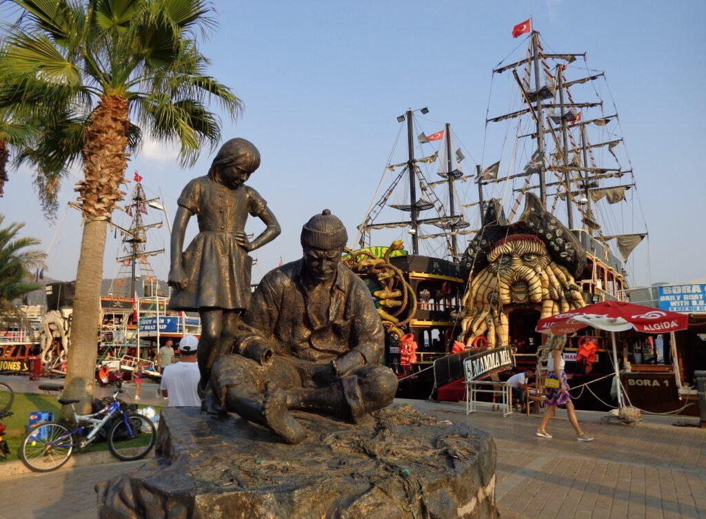 Памятники на набережной Мармариса