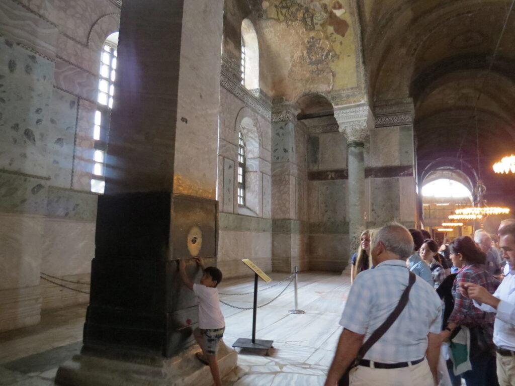 Колонна желания в Соборе Святой Софии