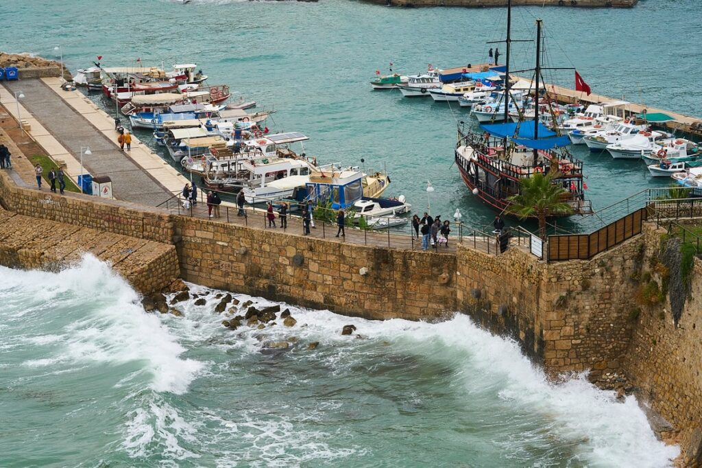 Волны в порту Антальи