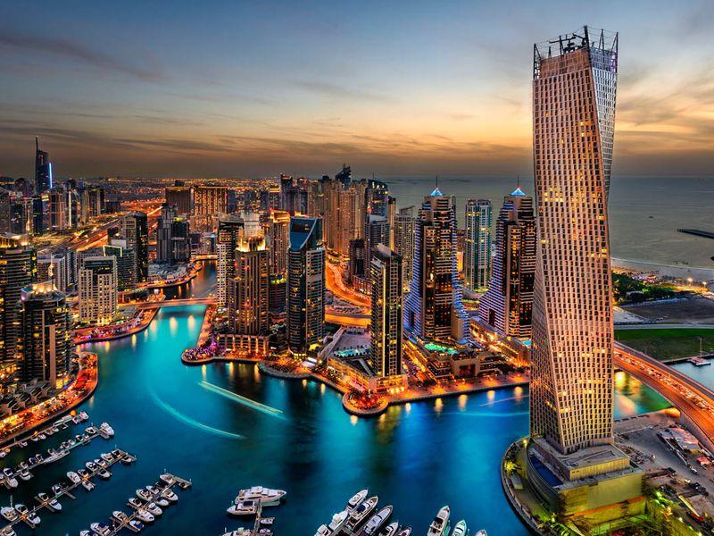 Современный мегаполис, выросший посреди бескрайних песков.