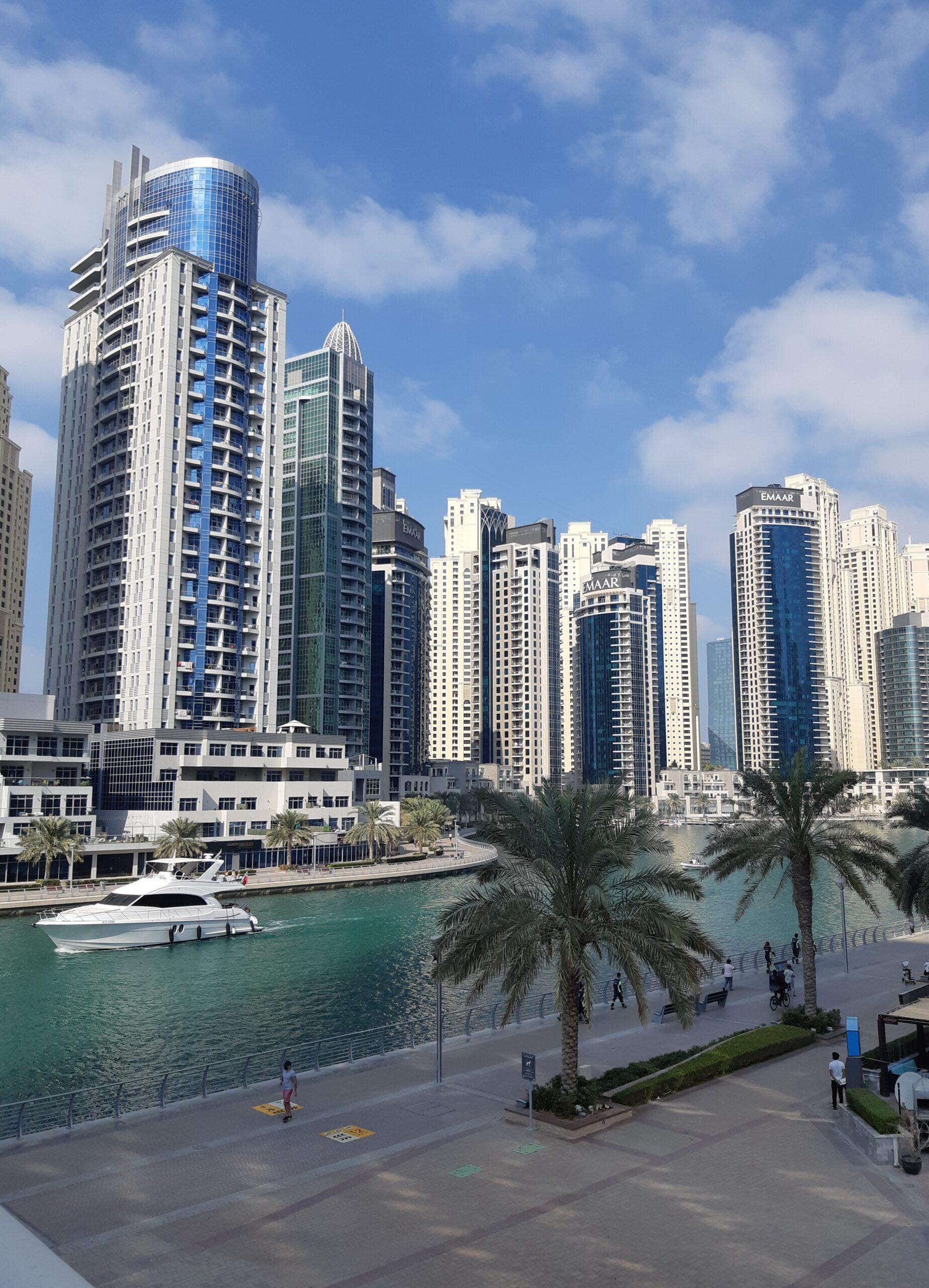 Одна из яхт в Дубай Марина