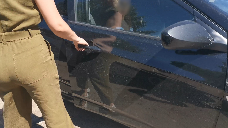 Самопроизвольное открытие двери моего автомобиля женщиной-сотрудницей заведения Печки-Лавочки
