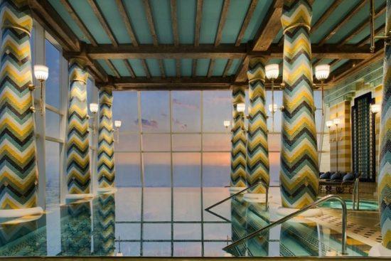 СПА-центр с панорамными окнами и расслабляющими процедурами