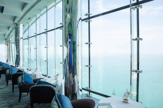В баре Sky View с видом на море