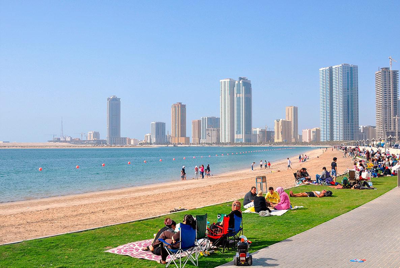 Местные жители отдыхают на пляже