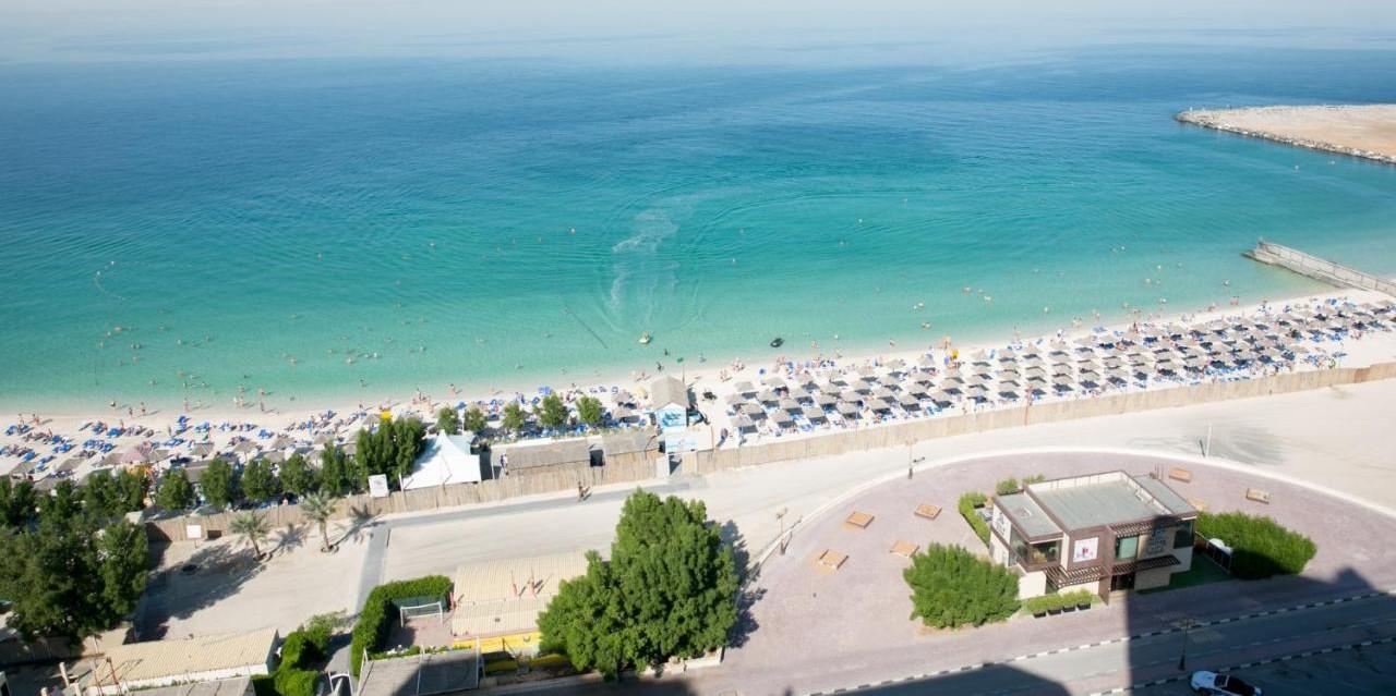 Пляж отеля Ramada by Wyndham Beach Hotel Ajman 4*, в Аджмане