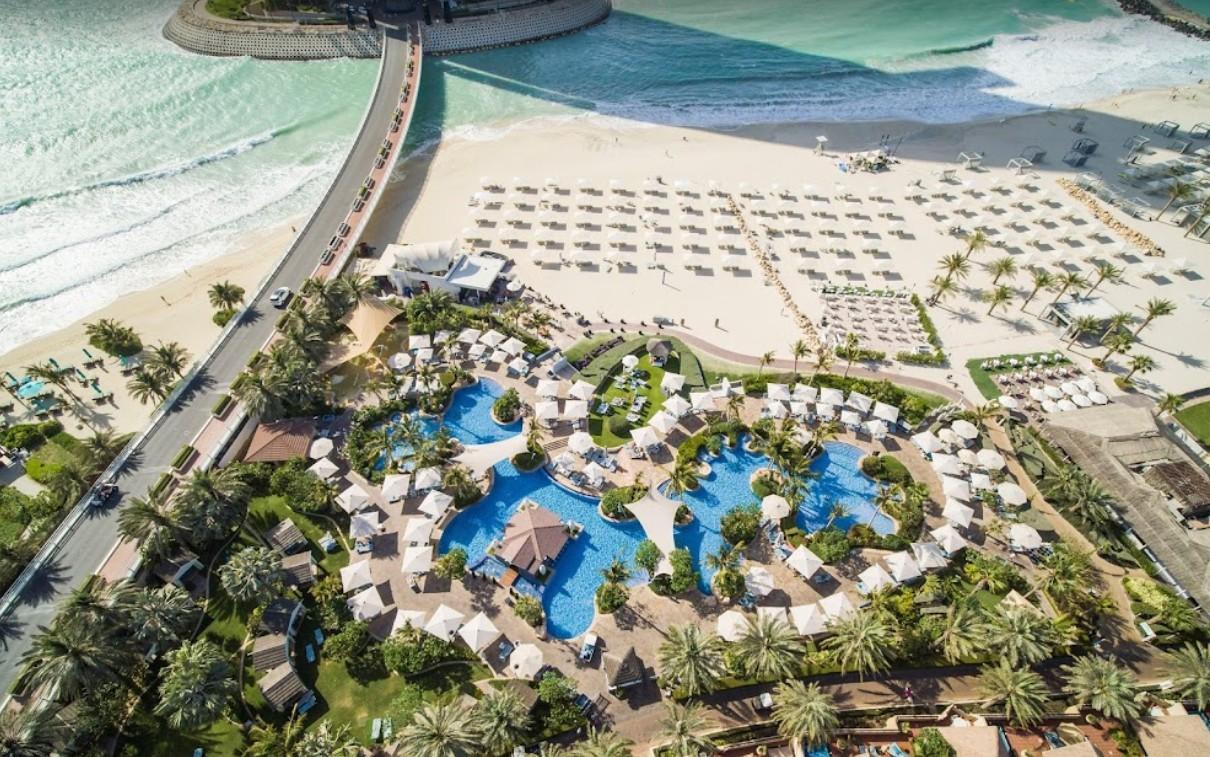 Территория отеля с пляжем