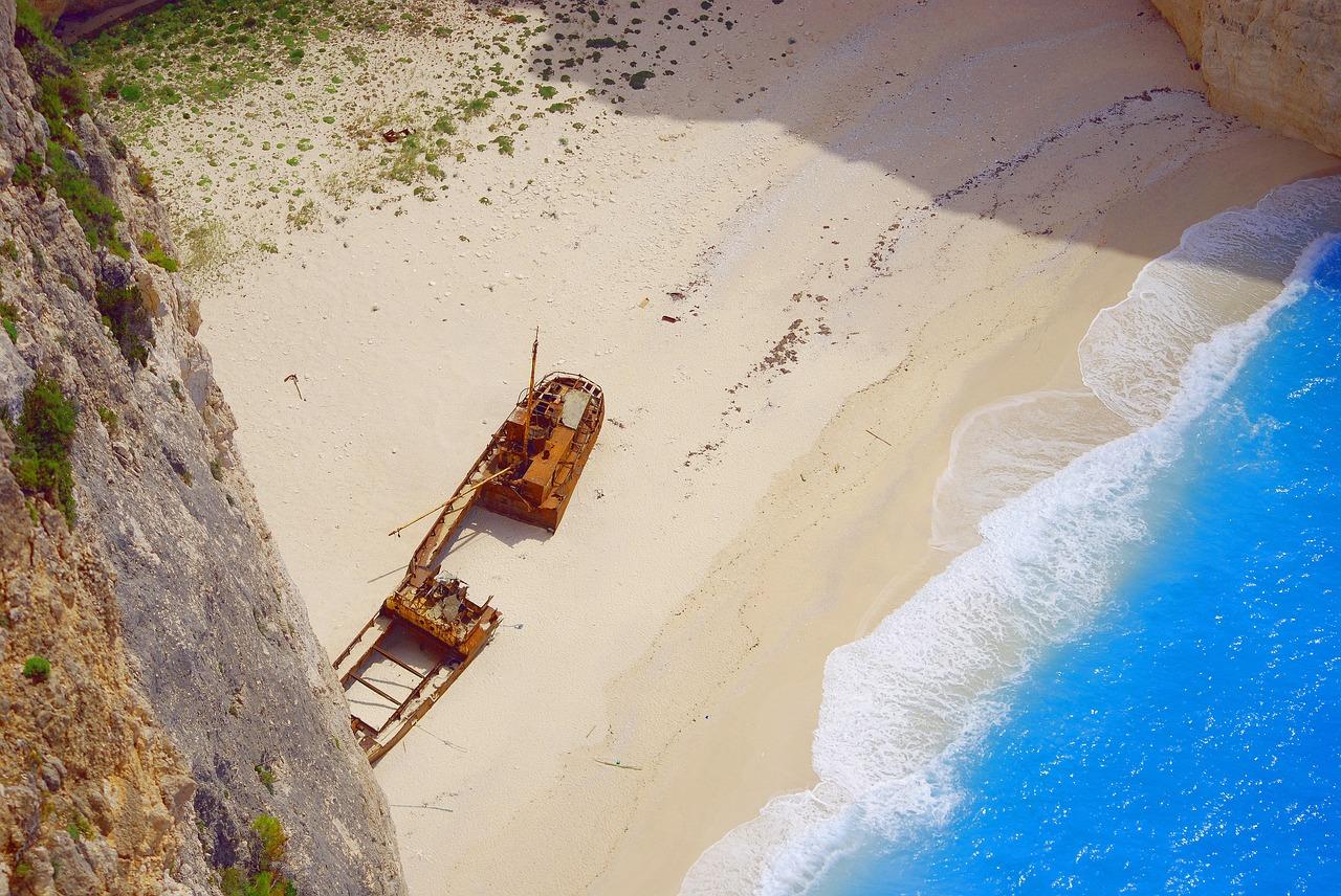 Бухта Навагио с останками корабля