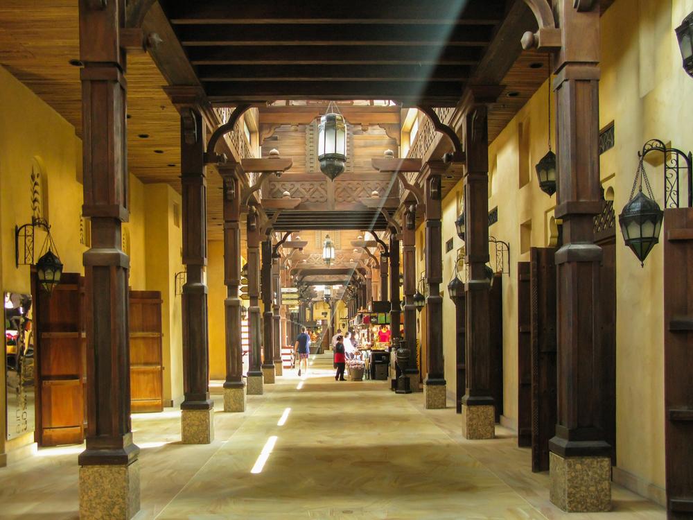 Рынок Madinat Souk в солнечных лучах