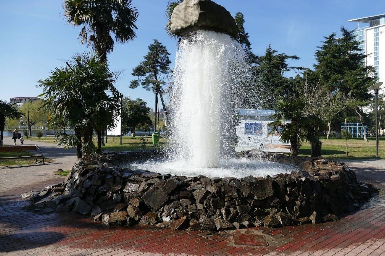 Фонтан «Висящий камень» в Парке 6 мая