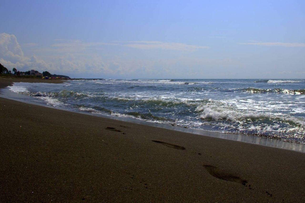 Черный песок пляжа Уреки