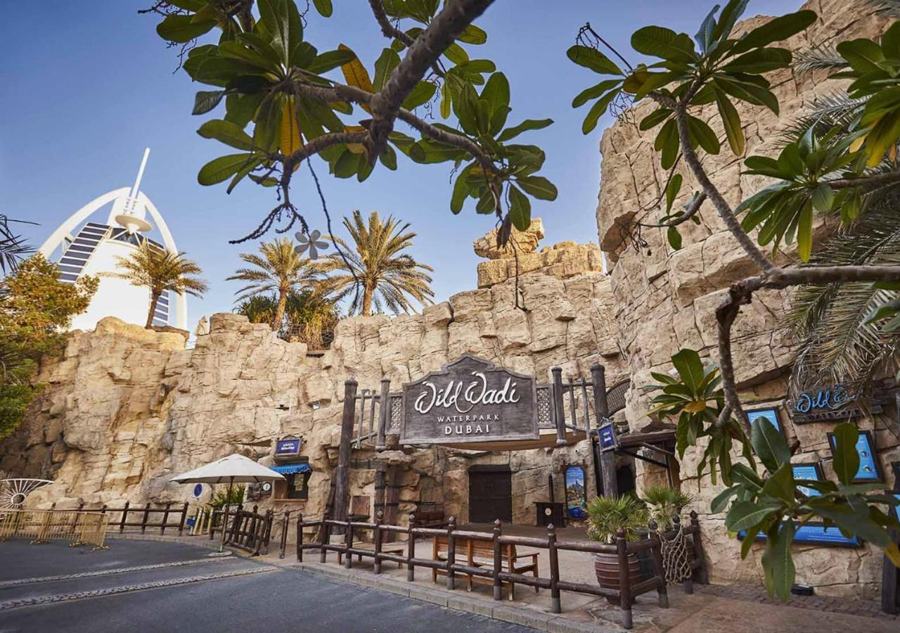 Парк водных развлечений Wild Wadi Waterpark всего в 2 минутах ходьбы от отеля